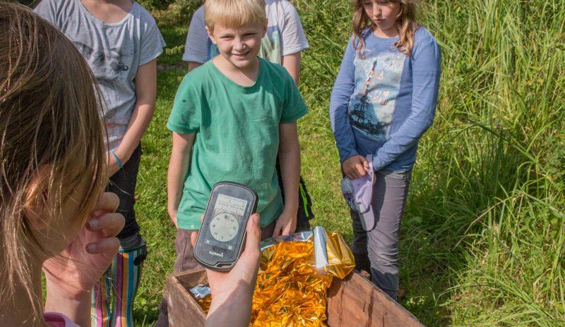 Beim Ökocaching geht es mit Hilfe von GPS-Geräten auf eine moderne Schatzsuche. Foto: Hilk/Natureum